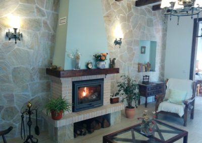 www.casasruralelpinardelabastida.es-finca-pinar-bastida-toledo-casa-olmo-salon-chimenea